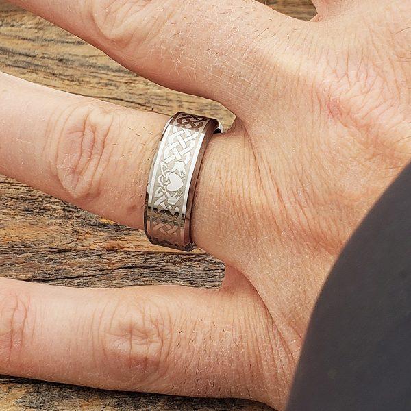 clatter-irish-style-beveled-claddagh-8mm-rings