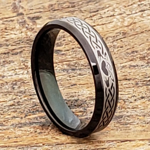 clatter-promise-black-5mm-beveled-claddagh-rings